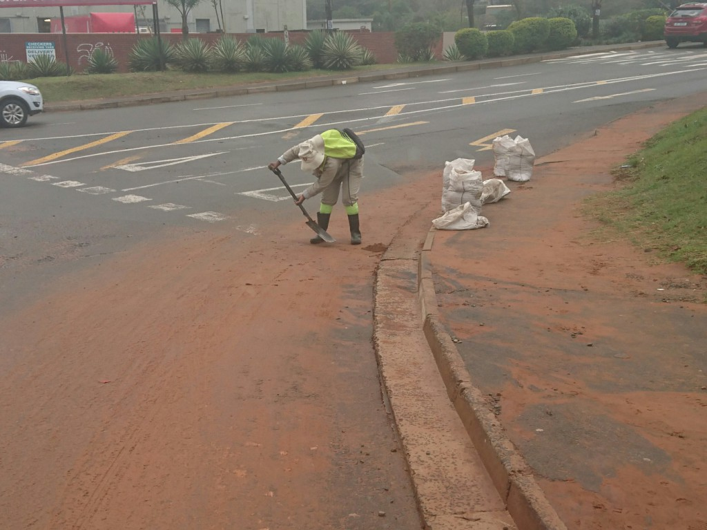 160726 Ballito UIP 4 Sand removal below the Taxi rank